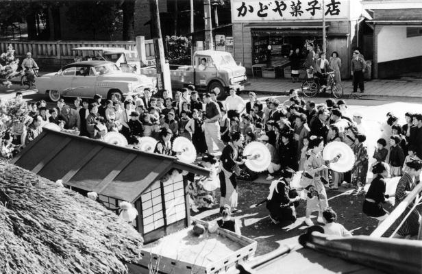 仮装行列 - かどや菓子店前 昭和30年前後 志村章氏撮影 志村磨智子氏所蔵