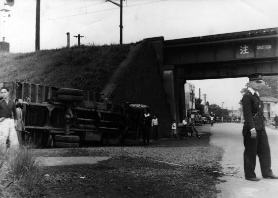 1. 日野駅ガード脇に展示したトラック横転事故 昭和29(1954)年