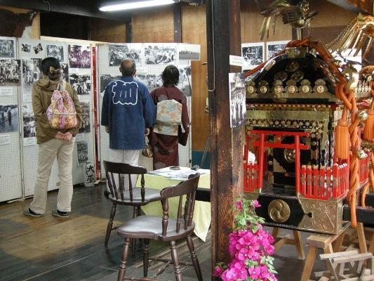 八坂の祭りの写真と加組の神輿を展示