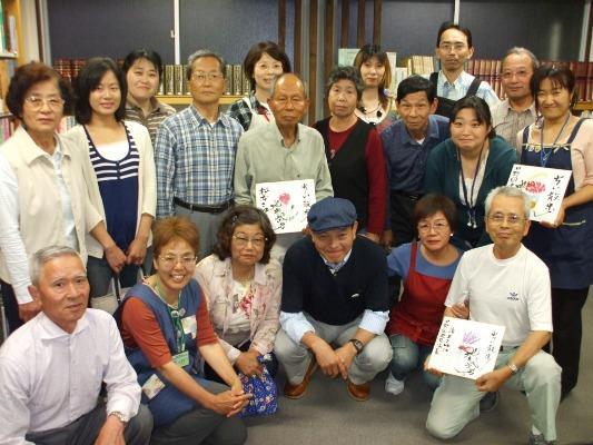 日野図書館2階で地井武男さんと記念撮影