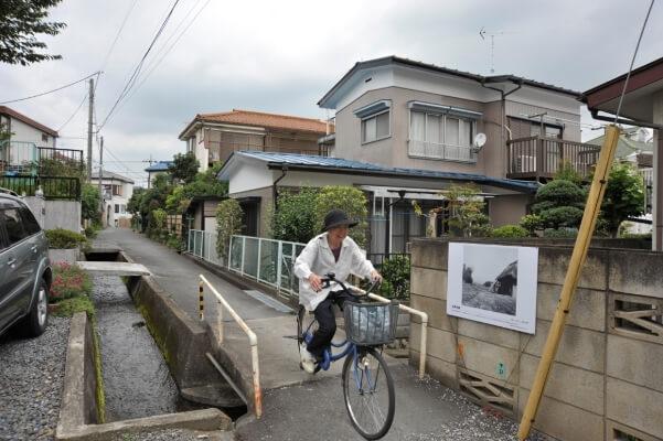 北原水車跡 東光寺道脇の用水路左手の水路はここで直角に折れて精進場方向に進みます