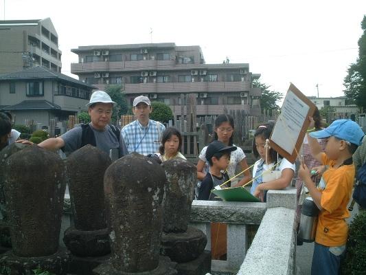 加地班:宝泉寺...丸いお墓はお坊さんのお墓だって。井上源三郎の墓もここにあります。
