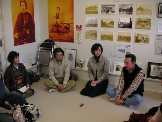 左から佐藤館長、高橋郷土資料館館長、矢口さん、谷享司さん