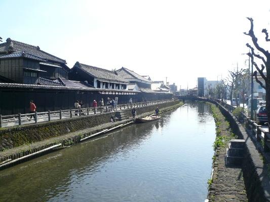 町中を流れる巴波(うずま)川のそばには大きな蔵が並ぶ この水路で江戸に物資を運んだことにより町が栄えたわけです