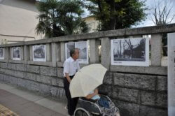 八坂神社の玉垣に展示された明治から現代に至る祭りの写真パネル