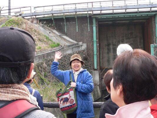橋脚を支える日野レンガについて説明する北村澄江さん